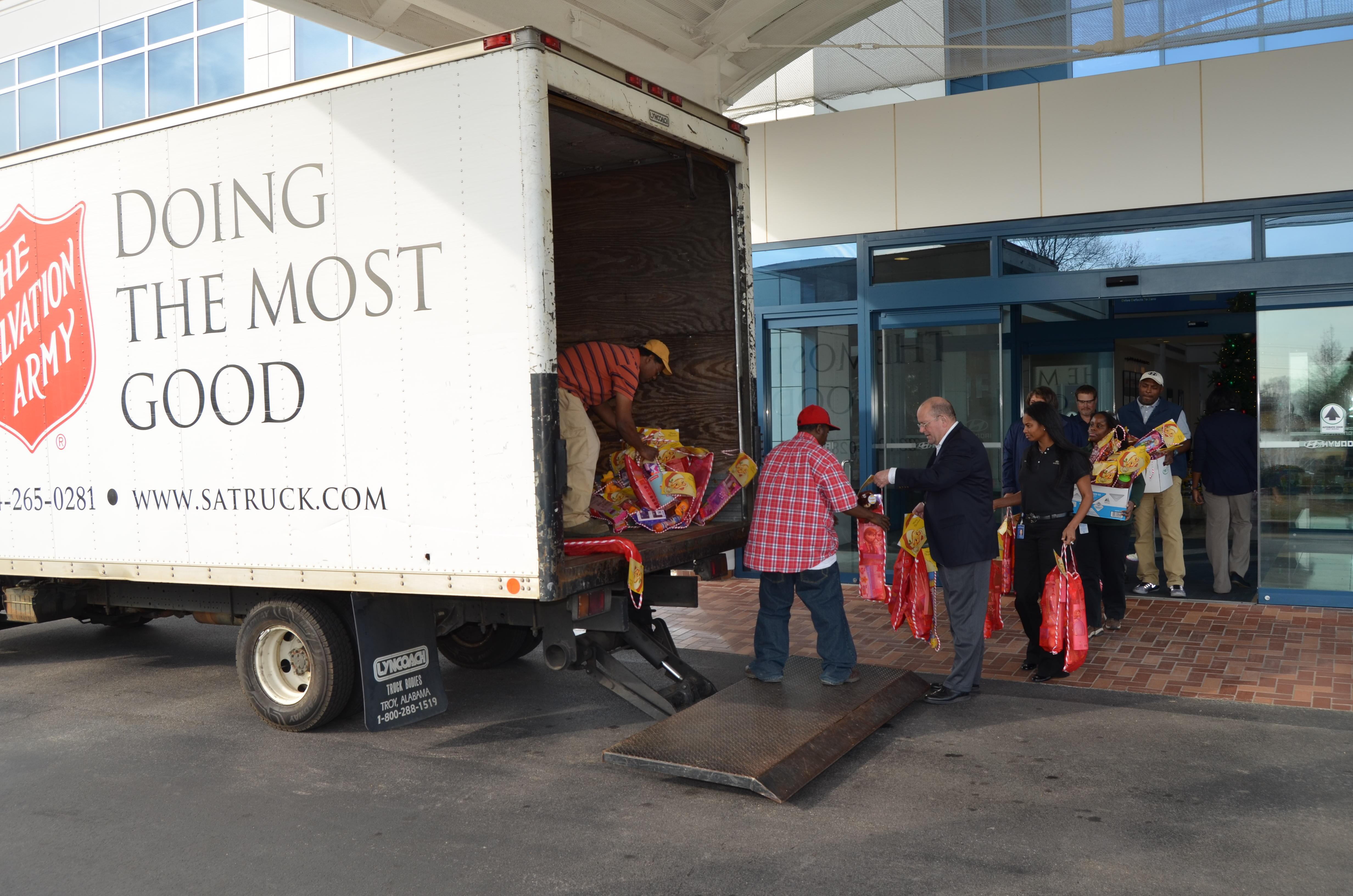 Hmma Team Members Stuff Stockings For Area Children In Need Hyundai Motor Manufacturing Alabama Llc